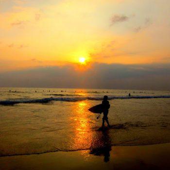 Hikkaduwa surfer i solnedgang