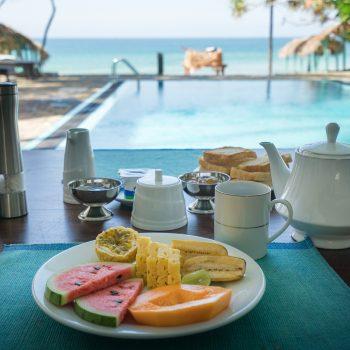 Frokosten er servert på At Ease Beach Hotel i Hikkaduwa