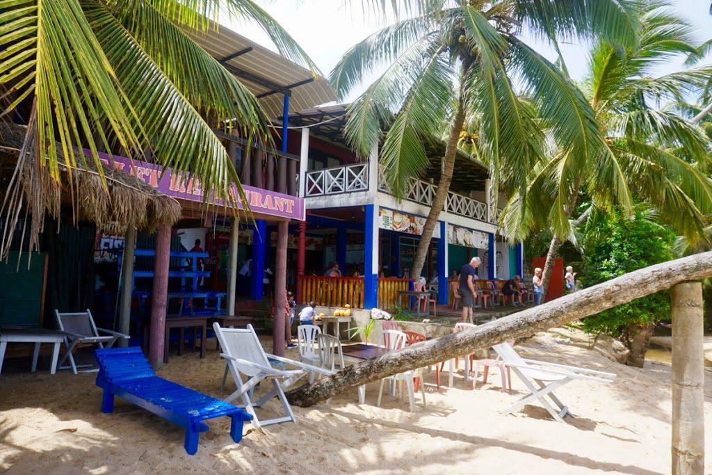 Lunsjstopp ved en koselig strandrestaurant i Tangalle