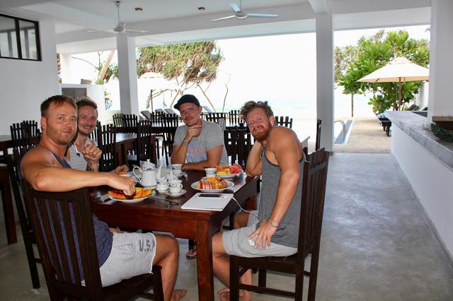 De aller første gjestene sjekker inn på At Ease Beach Hotel.