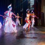 Kandyan Dance Show i Kandy Danseshow og gå på glødende kull.