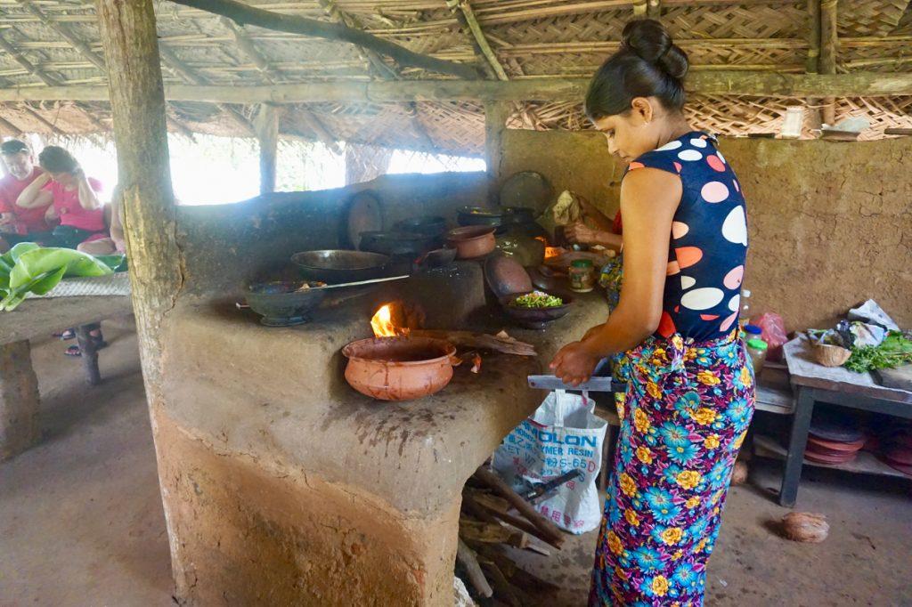 Landsbyutflukt Tradisjonell matlaging i landsby ved Dambulla